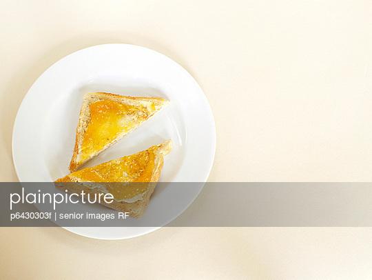Frühstückstoast mit Marmelade  - p6430303f von senior images RF