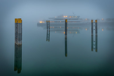 Germany, Baden-Wuerttemberg, Constance, Harbour, tourboat and fog - p300m2060483 by Kerstin Bittner