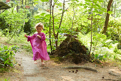 Little girl wearing pink tunic running in nature - p300m2102641 von Antje Merkel