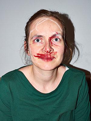 Frau geschminkt - p358m1169954 von Frank Muckenheim