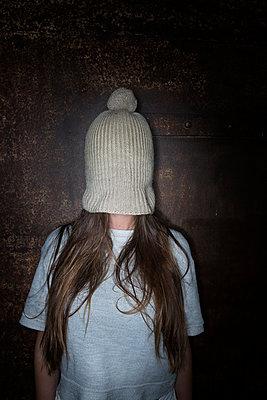 Frau mit Mütze über ihrem Gesicht - p427m1194978 von Ralf Mohr