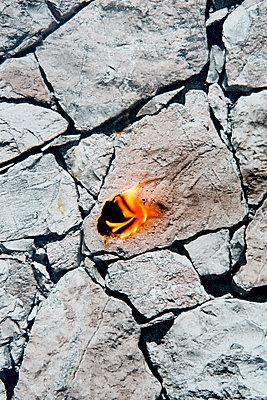 Brennende Steine - p451m1564532 von Anja Weber-Decker