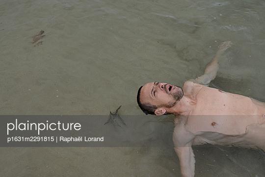 Mann im seichten Wasser - p1631m2291815 von Raphaël Lorand