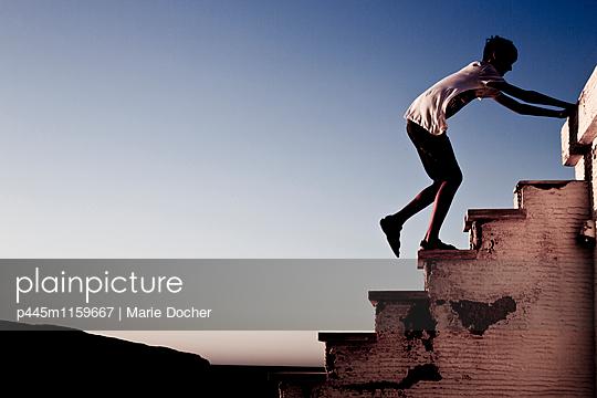Teenager klettert auf Stufen  - p445m1159667 von Marie Docher