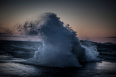 Wave splashing at sunset - p1007m1134146 by Tilby Vattard