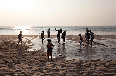 Fußball am Strand - p1356m1525285 von Markus Rauchenwald