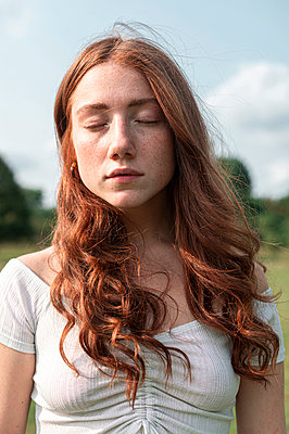 Red-haired girl with closed eyes, portrait - p1609m2254092 by Katrin Wolfmeier