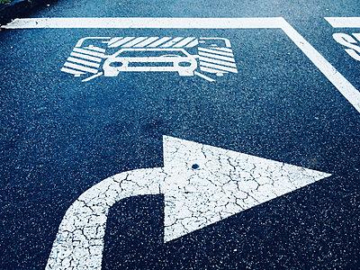 Austria, Lower Austria, Horn, Road marking on asphalt, car wash, right arrow - p300m1009513f by Dieter Schewig