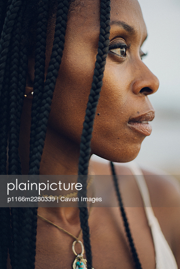 profile portrait of a beautiful black woman - p1166m2280339 by Cavan Images