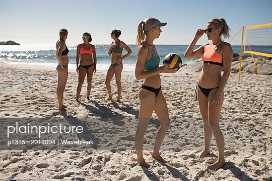 plainpicture - plainpicture p1315m2014094 - Female volleyball players i... - plainpicture/Wavebreak