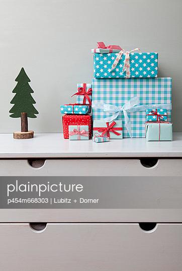 Presents - p454m668303 by Lubitz + Dorner