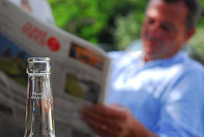 Mann beim Zeitunglesen - p567m667628 von AURELIAJAEGER