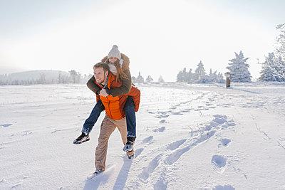 Happy young couple enjoying a winter stroll - p586m2005065 by Kniel Synnatzschke