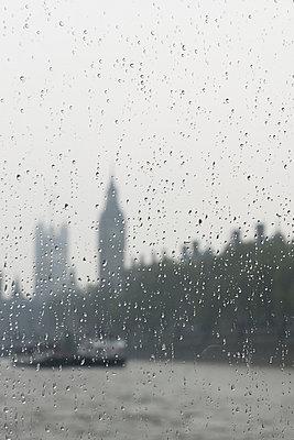 Big Ben bei Regenwetter - p646m946164 von gio