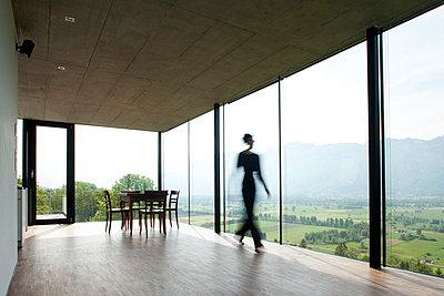Person geht durchs Haus - p8420081 von Renée Del Missier