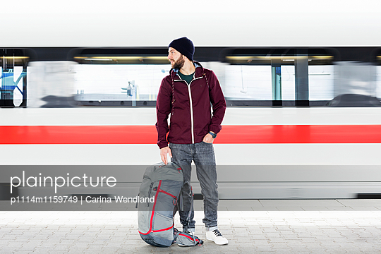 Mann steht am Bahnsteig - p1114m1159749 von Carina Wendland