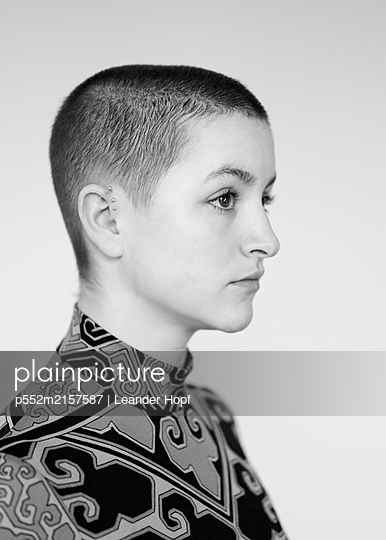 Woman with short hair - p552m2157587 by Leander Hopf