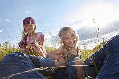 Zwei Mädchen auf einer Sommerwiese - p1348m1503691 von HANDKE + NEU