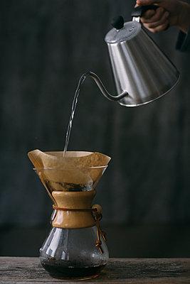 Close-up of man preparing filtered coffee - p300m2102658 von Alberto Bogo