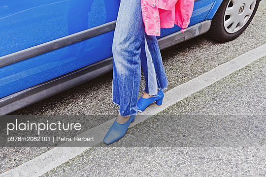 Blaue Schuhe - p978m2082101 von Petra Herbert