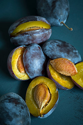 Sliced and whole plums - p300m2028736 by Achim Sass