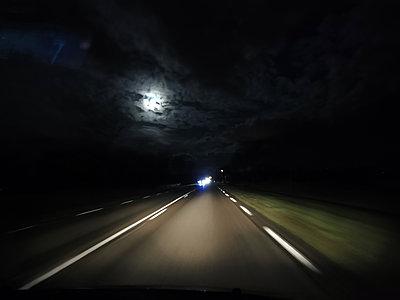 Frankreich, Verkehr bei Nacht - p945m2231968 von aurelia frey