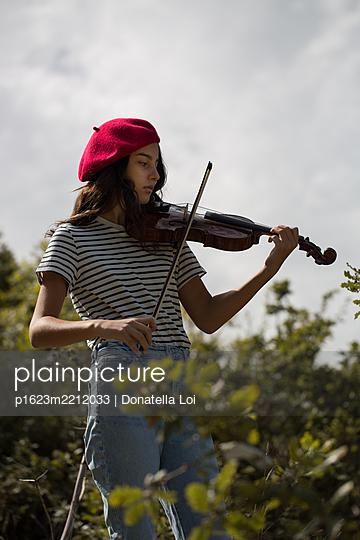Mädchen mit Geige - p1623m2212033 von Donatella Loi