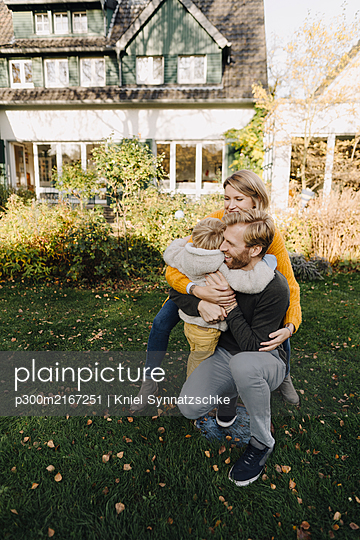 Happy affectionate family in garden - p300m2167251 by Kniel Synnatzschke