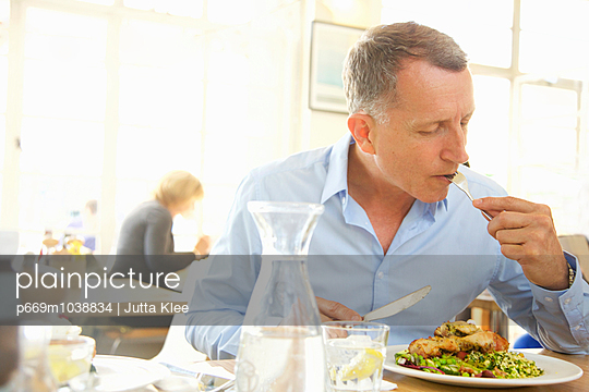 Man Having Lunch - p669m1038834 by Jutta Klee photography
