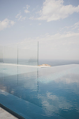 Sea and pool - p1345m2065694 by Alexandra Kern