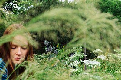 Frau sitzt in einer Wiese - p1491m2173390 von Jessica Prautzsch