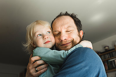 Affectionate father carrying little daughter at home - p300m2160579 by Irina Heß