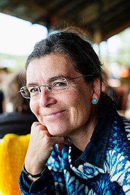 Sweden, Portrait of smiling mature woman - p352m1186941 by Lena Katarina Johansson