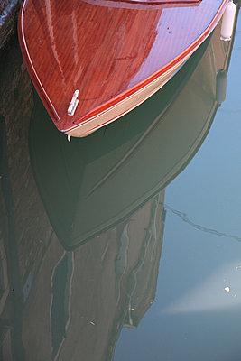 motorboot in einem kanal in venedig - p627m671065 by Kai Dieterich