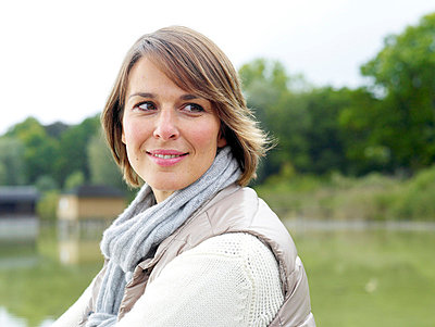 Portrait einer Frau an einem See  - p6430073 von senior images