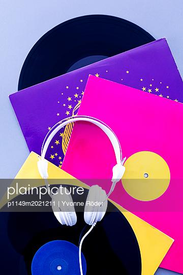 Schallplatten und Kopfhörer - p1149m2021211 von Yvonne Röder