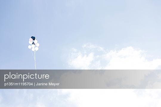 Luftballons im Himmel - p1351m1195704 von Janine Meyer
