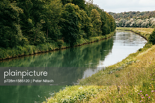 Entlang des Isarkanals in München Pullach - p728m1585120 von Peter Nitsch