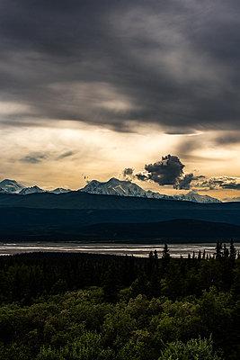 Waldmit einem Gebirge im Hintergrund - p1455m2204812 von Ingmar Wein