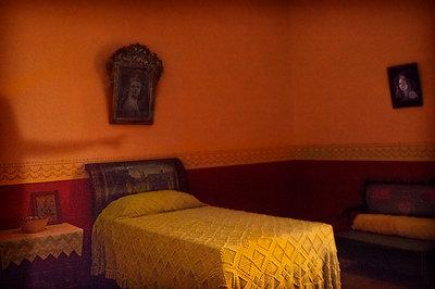 Schlatzimmer mit schiefen Bildern an den Wänden - p1693m2292906 von Fran Forman