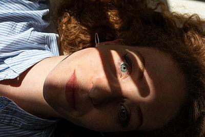 Schatten der Hand auf dem Gesicht  - p276m2124878 von plainpicture