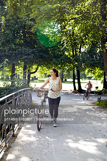 Junge Frau mit Fahrrad - p1146m1162891 von Stephanie Uhlenbrock