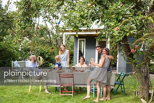 Freunde feiern eine Gartenparty - p788m1165363 von Lisa Krechting