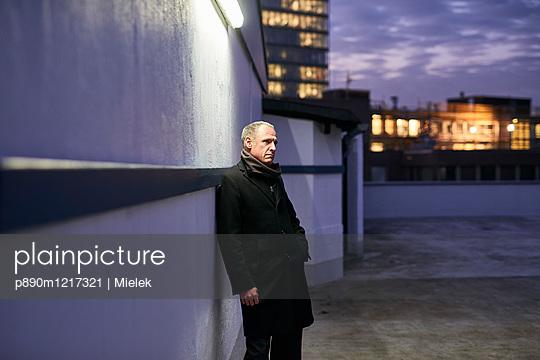 Mann wartet auf einem Parkdeck - p890m1217321 von Mielek