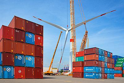 Aufbau eines Windrades im Hamburger Hafen - p1099m1526243 von Sabine Vielmo