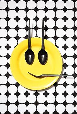 Emoji-Teller, lächelnd - p237m1136892 von Thordis Rüggeberg