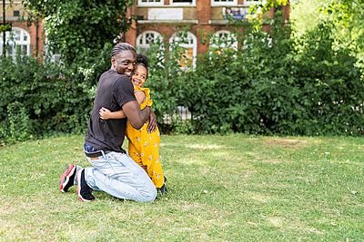 Happy father hugging daughter in a park - p300m2155981 by Francesco Buttitta