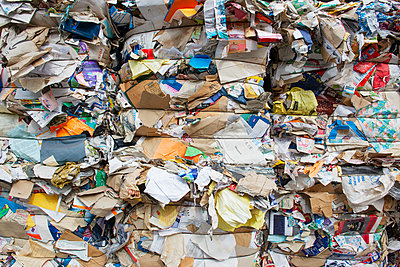 Germany, Bavaria, Stacks of waste paper and cartons - p300m2156451 by Hans Lippert