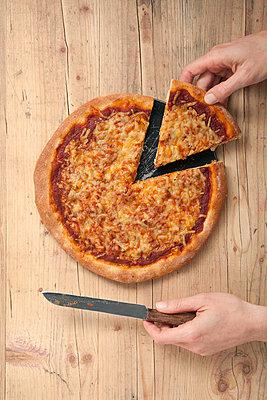 Beim Pizza essen - p4541620 von Lubitz + Dorner