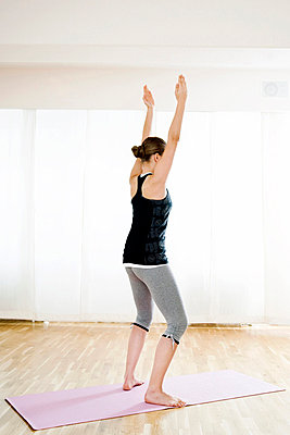 Teenagerin macht Gymnastik - p473m670415f by STOCK4B-RF